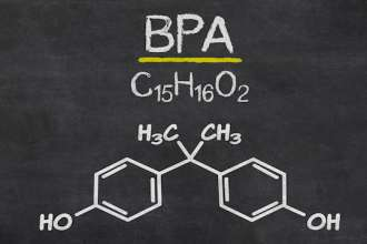 Schiefertafel mit der chemischen Formel von BPA