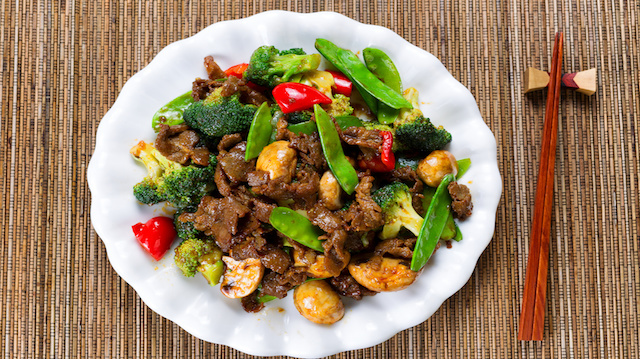 Succulent beef slices and mixed vegetables ready to eat