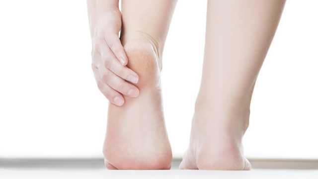 dry cracked bleeding toes