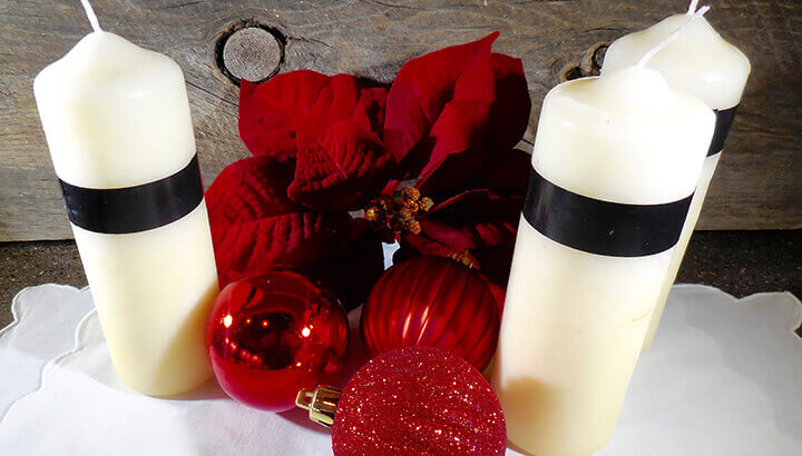 Festive Painted Christmas Candles Covered with Epsom Salts (Photo 2)