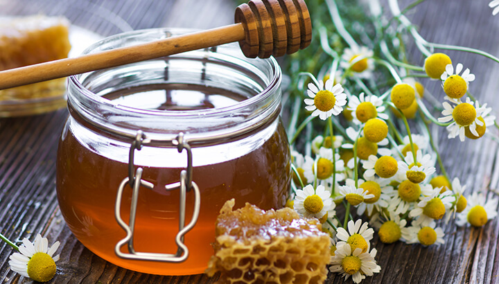 Raw honey has hygroscopic, antibacterial and antioxidant properties.