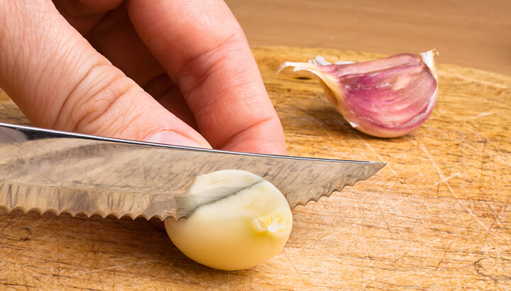 Garlic has anti-inflammatory properties to combat ear pain.
