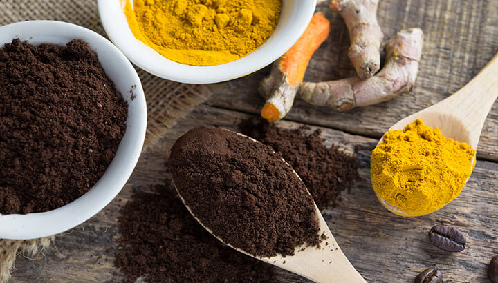 Mixing turmeric into coffee can reduce inflammation in the body.